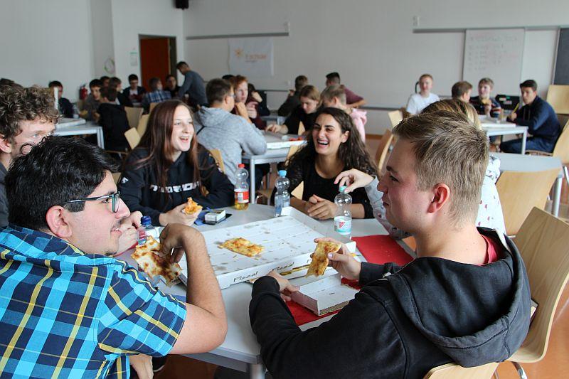 Einführungstage am TG, Pizzaessen in der Aula