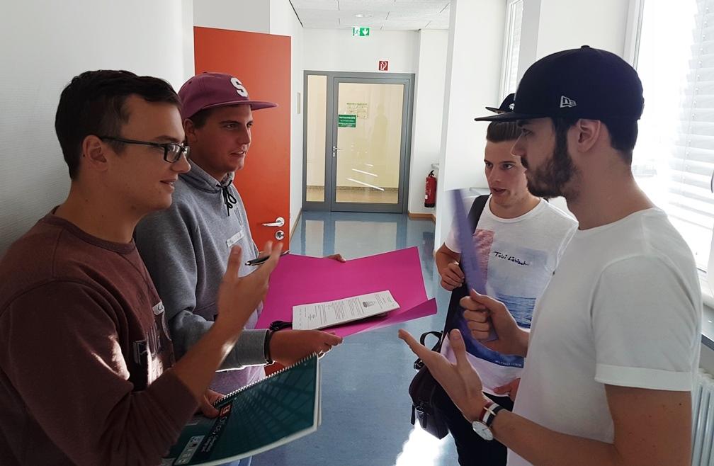 Schüler von Fachschule bei Einführung in Technikerschule