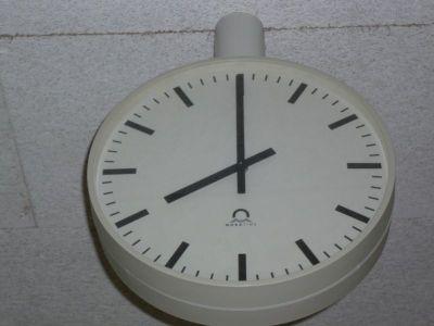 8 Uhr auf der Flur-Uhr
