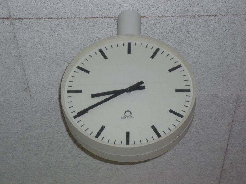 8 Uhr vierzig auf der Flur-Uhr