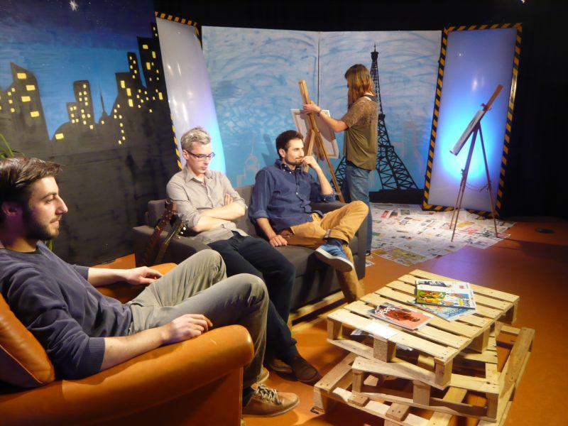 Moderatoren und Experte auf der Couch