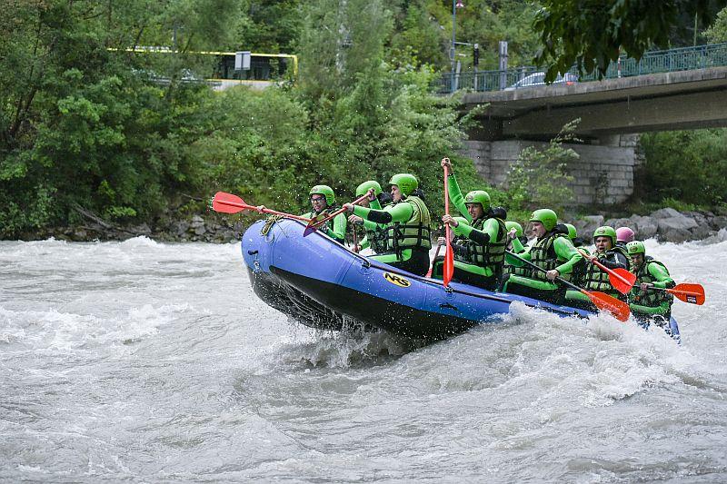 Rafting unter der Brücke hindurch
