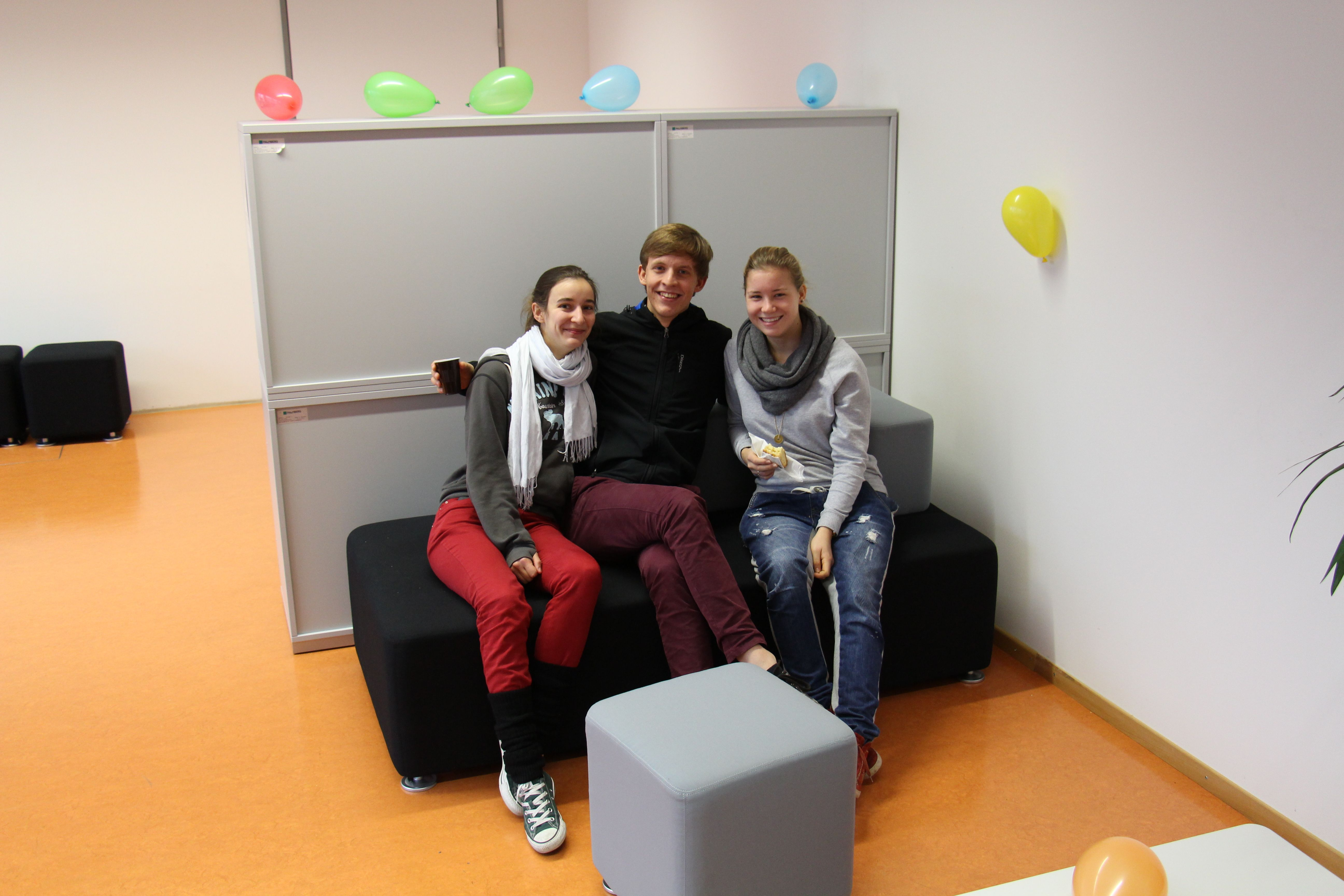 Drei auf dem Sofa im Chillraum